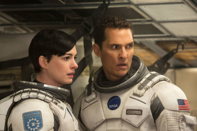 Beeindruckend, wie gut Anne Hathaway selbst in einem unförmigen Raumanzug aussieht (Copyright Warner Bros.)